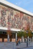 O Kulturpalast em Dresden com o ` mural a maneira do ` vermelha da bandeira Imagens de Stock Royalty Free