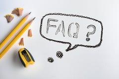 O lápis amarelo com rapagem no papel branco da aquarela do desenho Imagem de Stock