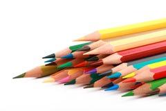 O lápis colorido da cor arranjou na linha diagonal no fundo branco Imagens de Stock