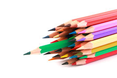 O lápis colorido da cor arranjou na linha diagonal no fundo branco Fotos de Stock Royalty Free