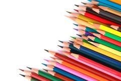 O lápis colorido da cor arranjou na linha diagonal no fundo branco Imagem de Stock