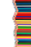O lápis colorido da cor arranjou na linha diagonal no fundo branco Fotos de Stock