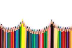 O lápis colorido da cor arranjou na linha diagonal no fundo branco Fotografia de Stock Royalty Free