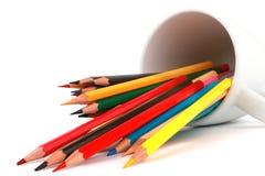O lápis colorido da cor arranjou na linha diagonal no fundo branco Foto de Stock