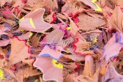O lápis da cor barbeia o fundo Aparas coloridos do lápis no close-up Escrevem o papel de parede dos aparas fotos de stock