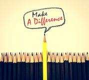 o lápis de madeira amarelo arranja com faz a diferença o conceito imagem de stock royalty free