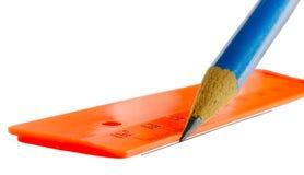 O lápis desenha uma linha em uma régua Fotos de Stock
