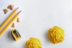O lápis e o amarelo amarelos amarrotaram o papel com rapagem no whit Fotos de Stock Royalty Free
