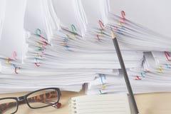 O lápis e o documento com clipe colorido têm vidros e caderno Fotografia de Stock Royalty Free