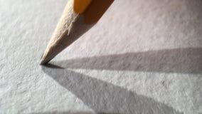 O lápis escreve no papel filme