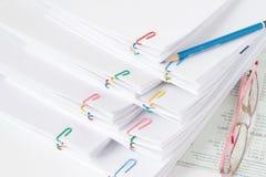 O lápis pôs sobre a pilha de papel e de relatórios da sobrecarga Imagens de Stock