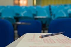 O lápis preto pôs sobre a folha ótica do reconhecimento de marca na sala do exame, folha de ORM Foto de Stock Royalty Free