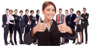 O líder da mulher está muito feliz sobre os resultados Foto de Stock