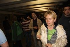 O líder das ecologistas Yevgeniya Chirikova do russo estada no metro, aonde os protestadores conduziram à polícia, as partes de R Imagem de Stock