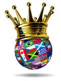 O líder de mundo com bandeiras globais e o ouro coroam Fotografia de Stock Royalty Free