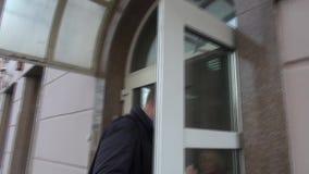 O líder de oposição Alexei Navalny chegou na corte video estoque