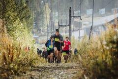 O líder do corredor corre adiante o grupo de marathoners dos atletas Fotos de Stock