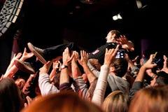 O líder dos metros (grupo de rock) executa com a multidão na fase do biquini Imagem de Stock Royalty Free