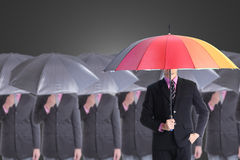 O líder que mantem o guarda-chuva vermelho para a mostra diferente pensa imagens de stock