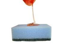 O líquido da lavagem da louça flui em uma fibra Fotografia de Stock