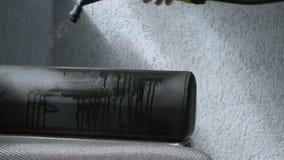 O líquido de limpeza do vapor está sendo usado para arrumar a peça do sofá por um trabalhador profissional filme