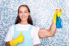 O líquido de limpeza fêmea novo bonito está fazendo a limpeza Foto de Stock Royalty Free