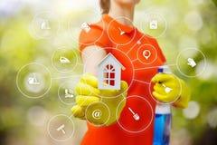 O líquido de limpeza mostra o modelo de uma casa imagem de stock
