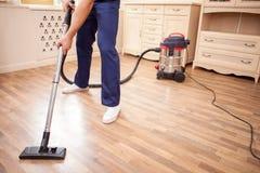 O líquido de limpeza novo alegre está fazendo trabalhos domésticos com alegria Fotografia de Stock Royalty Free
