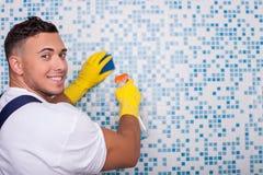 O líquido de limpeza novo atrativo está lavando a parede com a Imagem de Stock