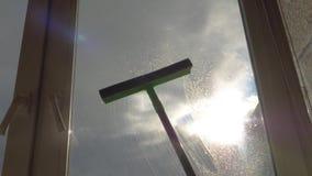 O líquido de limpeza de vidro de Sprayer On Window da dona de casa da mão e lava-o com escova video estoque
