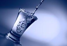 O líquido desobstruído derrama no wineglass Imagem de Stock