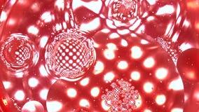O líquido vermelho de gotejamento com a pipeta na solução vermelha contra o ponto múltiplo ilumina o fundo roxo Investigação médi filme