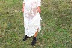 O laço branco do vestido da mulher modela a natureza exterior Imagem de Stock Royalty Free