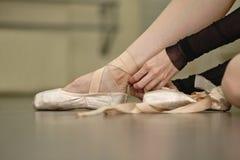 O laço da bailarina os pointes fotos de stock royalty free