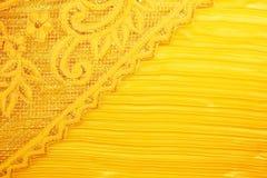 O laço do pêssego do ouro senta-se em um fundo do ouro fotografia de stock