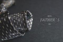 O laço dos homens cinzentos da foto do close-up Inscrição do dia de pai para o feriado Texto para o cartão do feriado ou bandeira imagem de stock royalty free