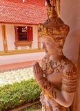 O lado da escultura dourada da deusa de Deva tailandês e cumprimenta a ação Fotografia de Stock