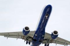 O lado de baixo de um avião moderno Fotografia de Stock Royalty Free