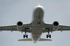 O lado de baixo de um avião moderno Foto de Stock Royalty Free