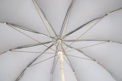 O lado de baixo de um claro - guarda-chuva cinzento imagens de stock