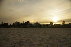 O lado de mar, praia capturou durante o por do sol com um céu azul e um mar e nenhuns povos na praia Fotografia de Stock