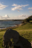 O lado de mar, praia capturou durante o por do sol com um céu azul e um mar e nenhuns povos na praia Imagem de Stock Royalty Free
