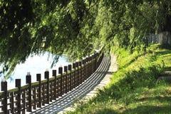 O lado do rio da cerca Imagens de Stock
