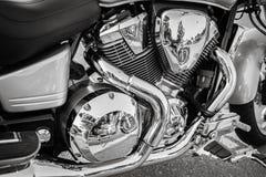 O lado impressionante surpreendente detalhou a vista do motor monocromático velho da motocicleta Fotos de Stock