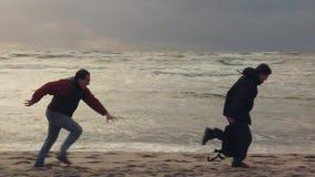 O ladrão roubou um saco na praia vídeos de arquivo