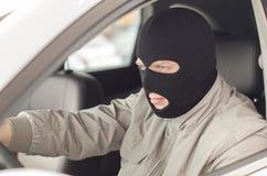 O ladrão na máscara rouba o carro Fotos de Stock Royalty Free