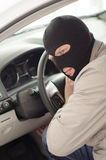 O ladrão na máscara rouba o carro Imagem de Stock