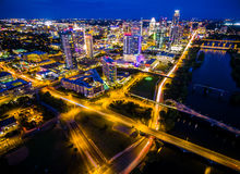 O lago aéreo austin Texas Night Cityscape Over Town da noite azul constrói uma ponte sobre a arquitetura da cidade colorida dos c Imagens de Stock Royalty Free