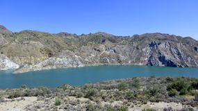 O lago acima nas montanhas imagens de stock royalty free