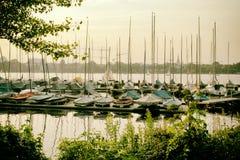 O lago Alster no iate do barco de navigação de Hamburgo Alemanha ostenta a água imagem de stock